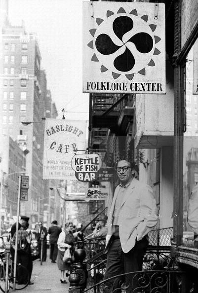 Izzy Young devant le Folklore Center en 1963