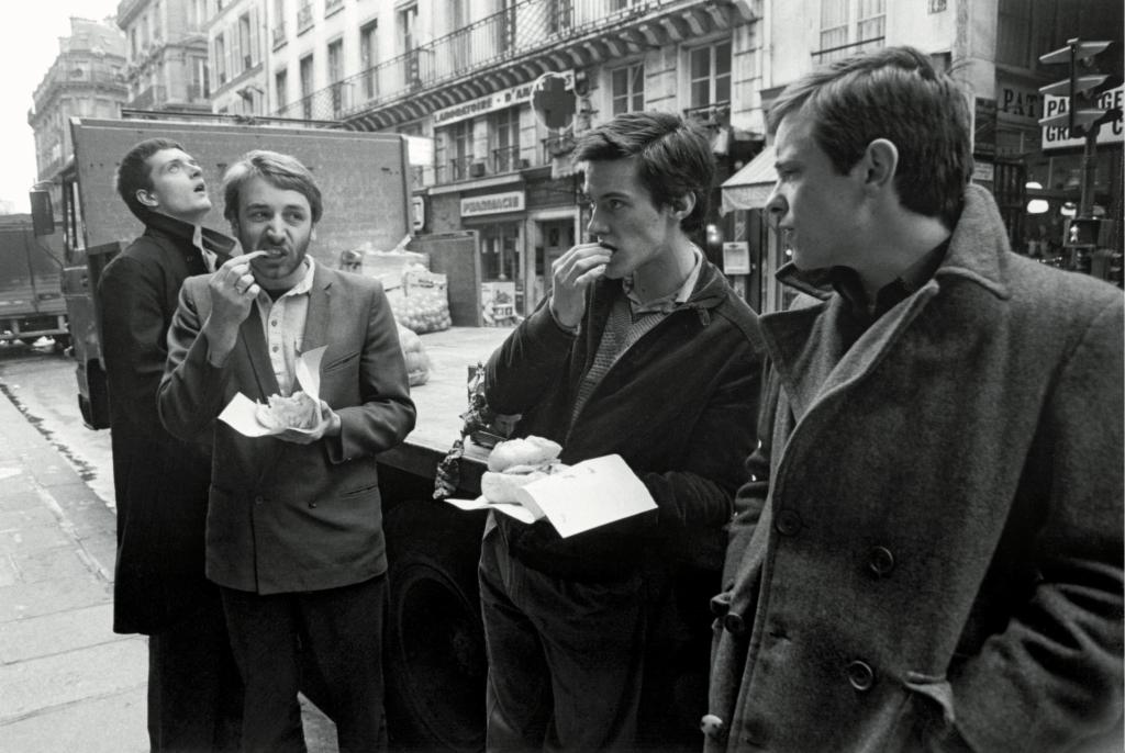 Joy Division mangeant un Kebab rue St Denis en attendant Rob Gretton parti s'amuser ailleurs (sic), Paris, 18 décembre 1979.