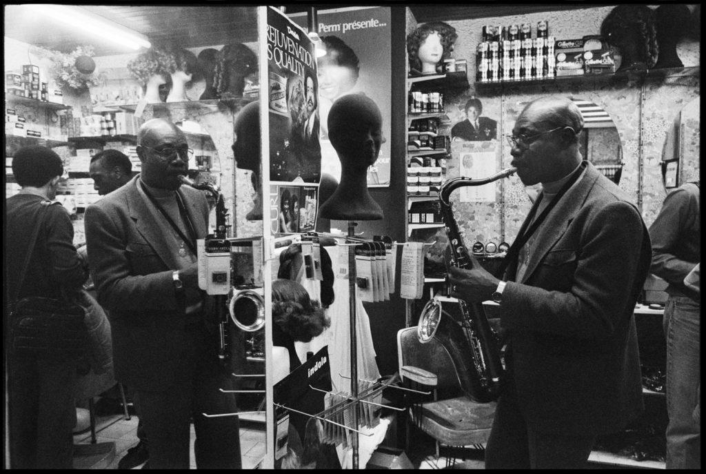 Manu Dibango dans un salon de coiffure Boulevard de Strasbourg, Paris, 1987.