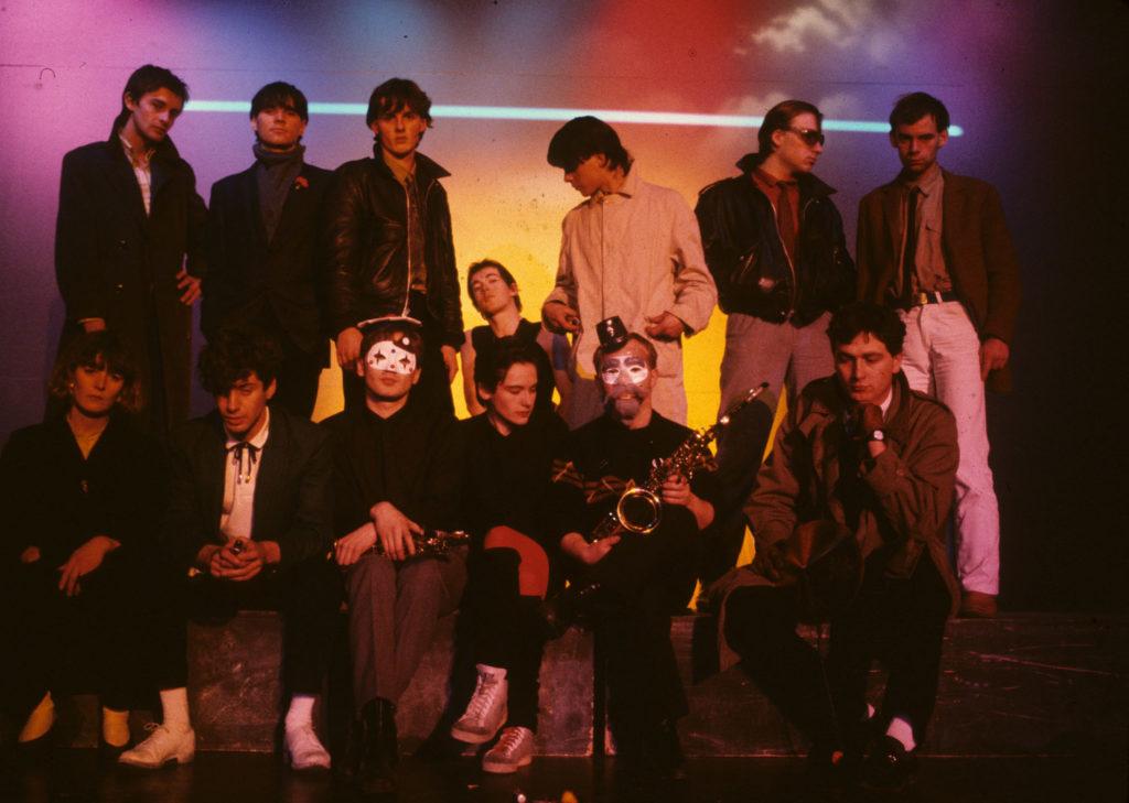 La scène rennaise. Derrière : UV Jets, devant Etienne Daho Jr., Daniel Paboeuf, Nicole Calloc'h et Philippe Herpin des Sax Pustuls, Rocky du groupe Les Nus au Club L'Espace Rennes, 1980.