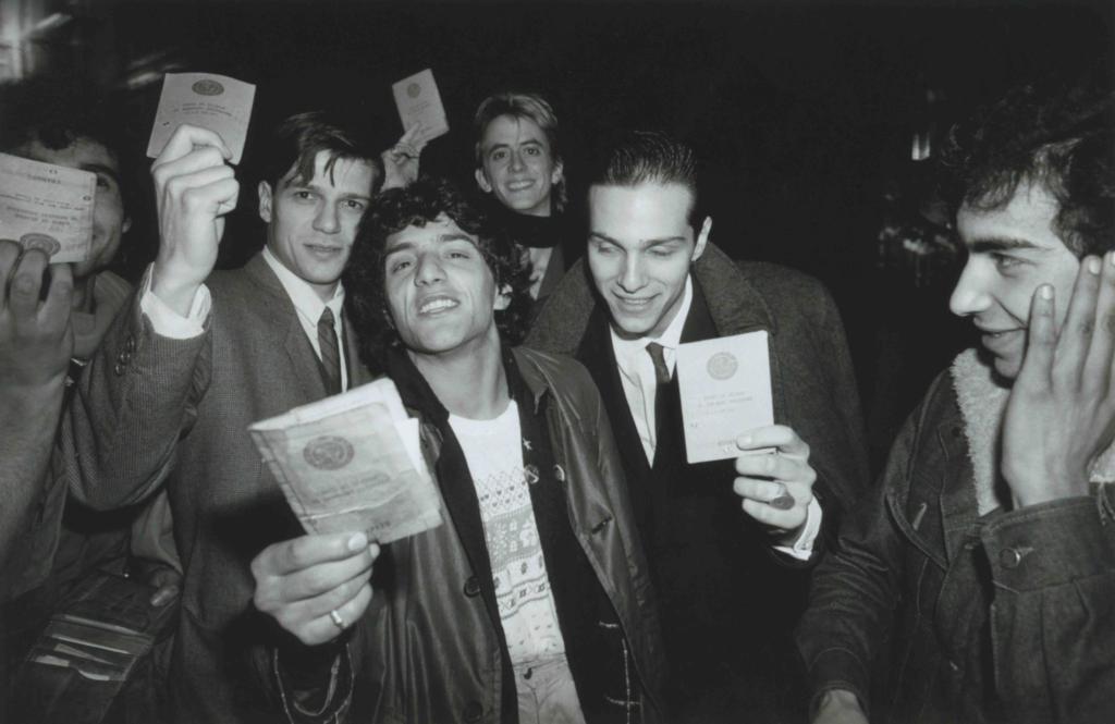 Rachid Taha montrant sa carte de séjour avec les musiciens chiliens de Corazon Rebelde et le chanteur américain Théo Hakola, Transmusicales de Rennes, Rennes, 1981